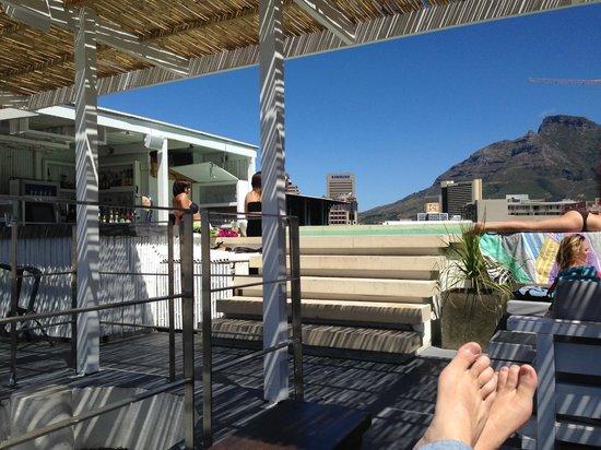 The Village Lodge : Pool & Bar.