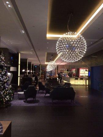 Pullman London St Pancras Hotel: Vue vers le restaurant de l'accueil