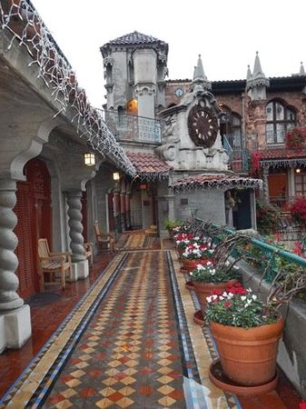 The Mission Inn Hotel and Spa: Even in the rain, the hotel looks and feels like a little Village.