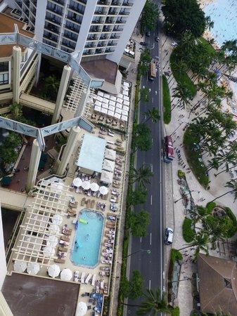 Hyatt Regency Waikiki Resort & Spa : View from the room to pool, jaccuzi and beach.