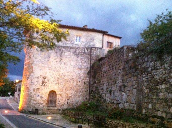 Hôtel de Bastard : Village walls