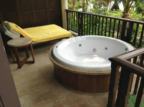 Centara Grand Beach Resort & Villas Krabi: Amazing jacuzzi-bath on the balcony