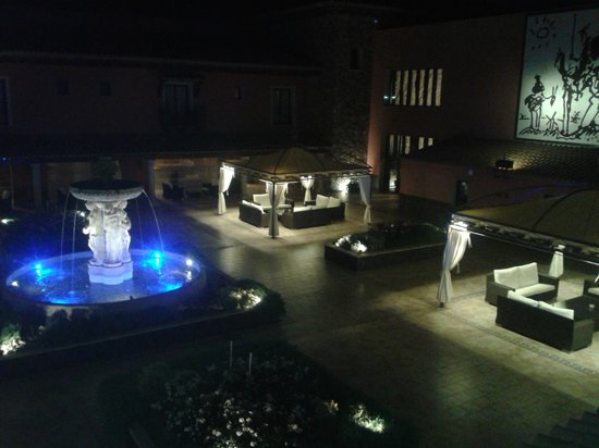 Salles Hotel La Caminera Golf & Spa Resort: Central patio by night