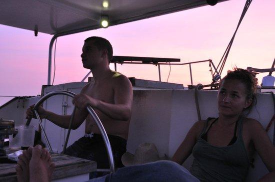 Island Cruises Sailing: pilotando