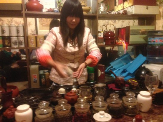 People's Square (Renmin Guang Chang): This is the woman who prepares the tea, she is involved in the SCAM.
