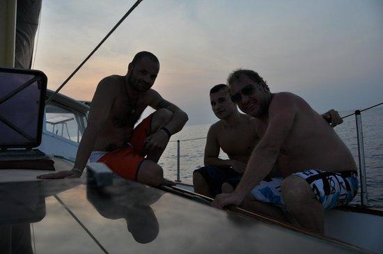 Island Cruises Sailing: disfrutande del atardecer