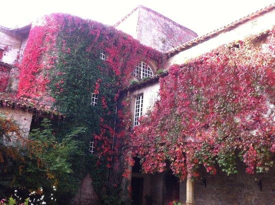 L'Abbaye Chateau De Camon: Inner courtyard