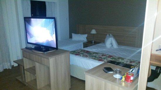 e.Suites Lake Side Brasília: Quarto com boas camas, tv, mesa grande e cadeiras confortáveis, o que permite trabalhar com conf
