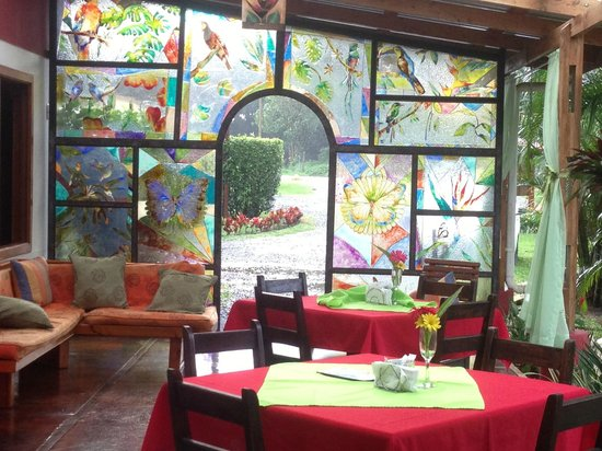 Casa Batsu : eating area, stained glass and birds.