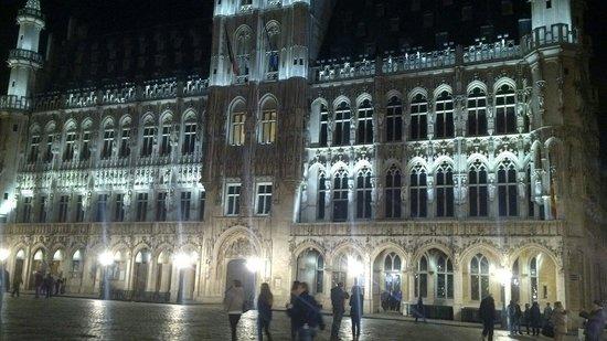 Brussels Marriott Hotel Grand Place: Grand place, l'hotel si trova alla destra della foto a solo 2 minuti a piedi.