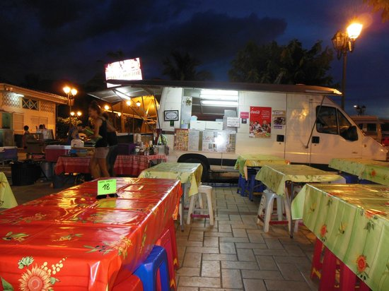 Papeete Roulottes: The food vans early in the evening