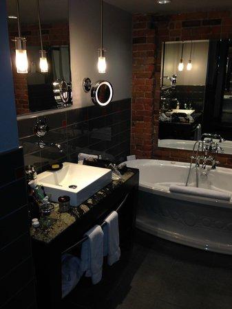 Le Place d'Armes Hotel & Suites: Luxurious bathroom