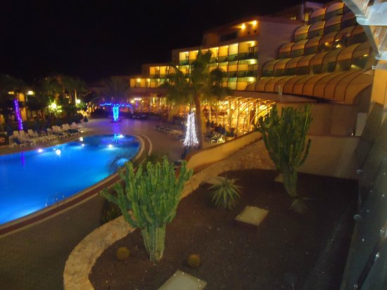 Hotel Faro Jandia & Spa : the pool from our room at night