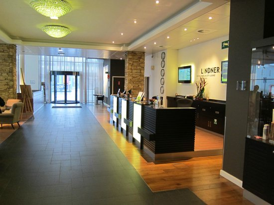 Lindner Hotel & City Lounge Antwerpen: Front desk