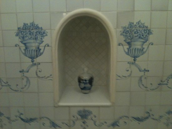 La Bastide de Moustiers : Close up of the tile work in the tub of la Chambre Blanche