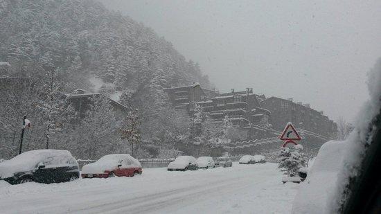 Apartaments Turistics Sant Roma: Vista desde la calle del sant roma Viewa from the street