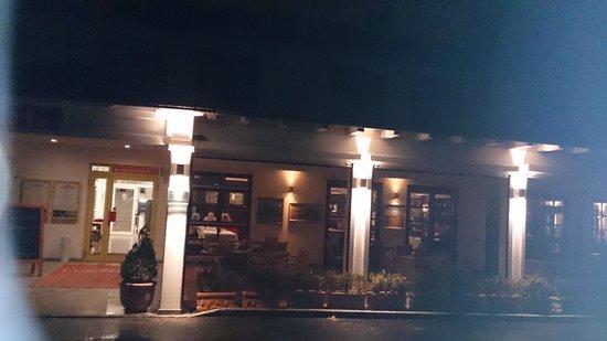 Kim Hotel Im Park: Vorderansicht des Hotels bei Nacht