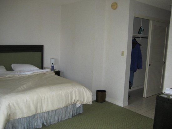 The New Otani Kaimana Beach Hotel : Room in low rise building
