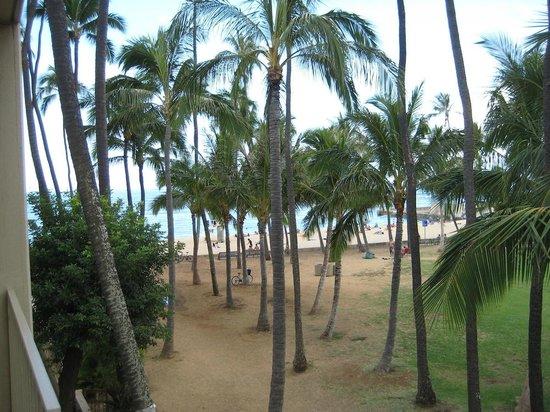The New Otani Kaimana Beach Hotel: Beach next to hotel