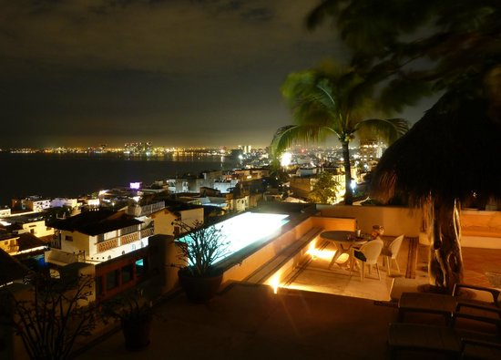 Luna Liquida Boutique Hotel : Roof top pool/palapa at night