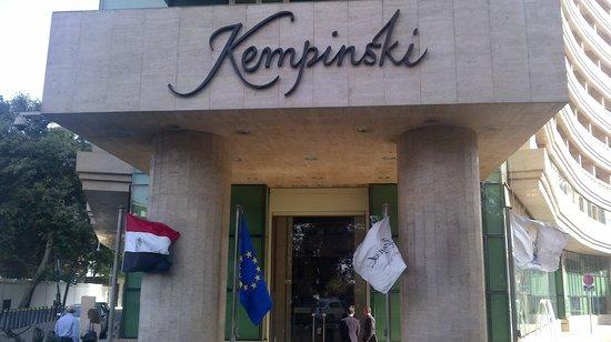 Kempinski Nile Hotel Cairo: Entrata dell'hotel