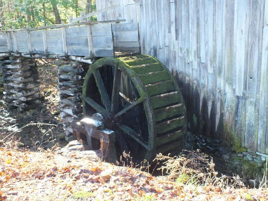 Photo Fast Tours : Water wheel at a Smoky Mtn. historic home