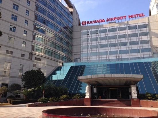 Ramada Plaza Shanghai Pudong Airport: Front entrance
