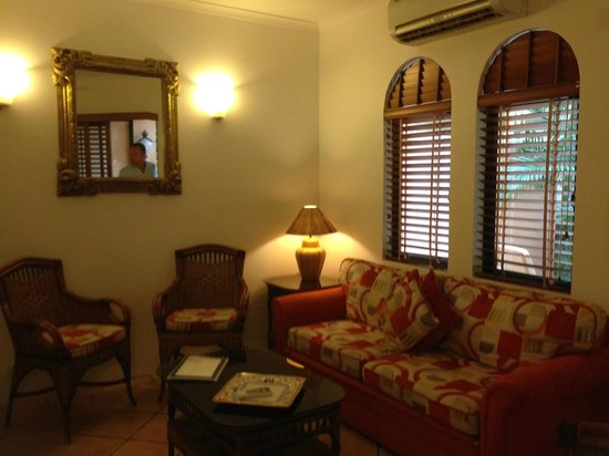 Martinique on Macrossan: Really cosy lounge with flatscreen TV leading onto courtyard