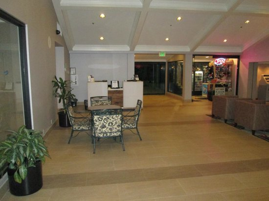 Holiday Inn Buena Park Hotel & Conference  Center : Lobby area looking east towards the gift shop and Hertz rental desk.