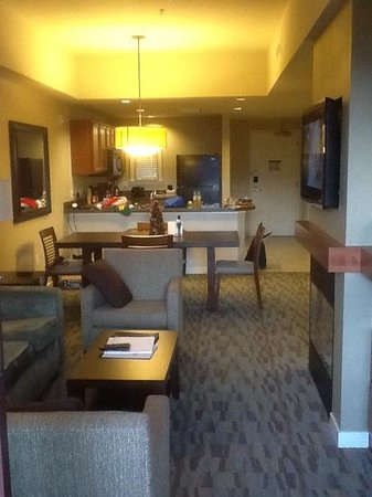 The Westin Desert Willow Villas: Living room & kitchen (note Fireplace bottom right)