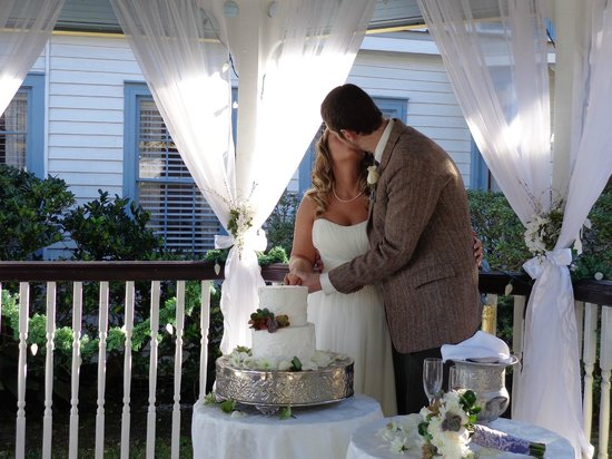 Bayfront Marin House Historic Inn: Wedding in the gazebo