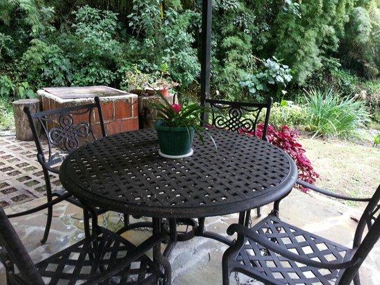 Las Orquideas Bed & Breakfast: Garden Table 2