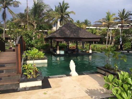 The Seminyak Beach Resort & Spa: Pool with swim up bar