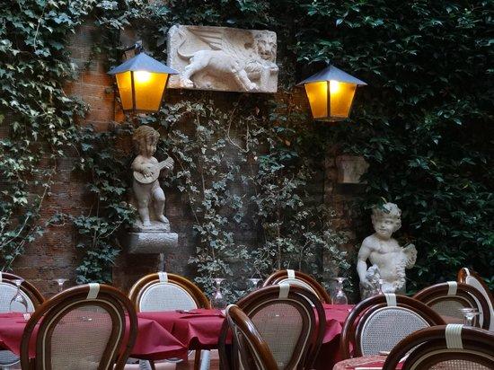 Vino Vino : Jardim interno: surpreendente!