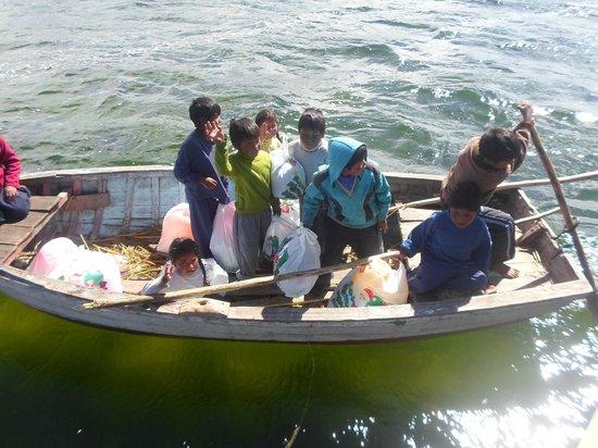 Uros Floating Islands: Regresando a sus casas con los regalos de Navidad
