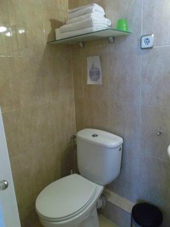 Hostal Central Barcelona: Barcelona, España, Hostal Central. Baño pequeño pero adecuado.