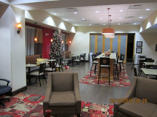 Hampton Inn Greenville: Another view of breakfast area/lounge