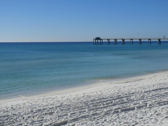 Ramada Plaza Fort Walton Beach Resort/Destin: The hotel sits on the most beautiful beach.