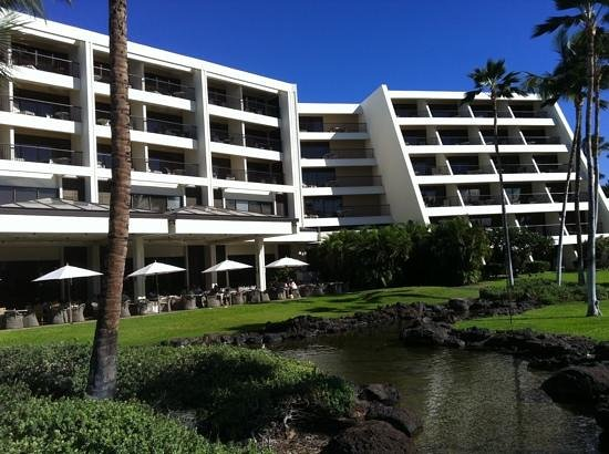 Mauna Lani Bay Hotel & Bungalows: 6 story Mauna Lani with the breakfast and lunch terrace