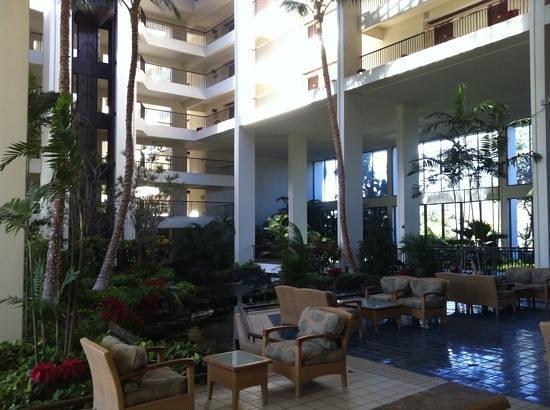 Mauna Lani Bay Hotel & Bungalows: interior open air lounge area