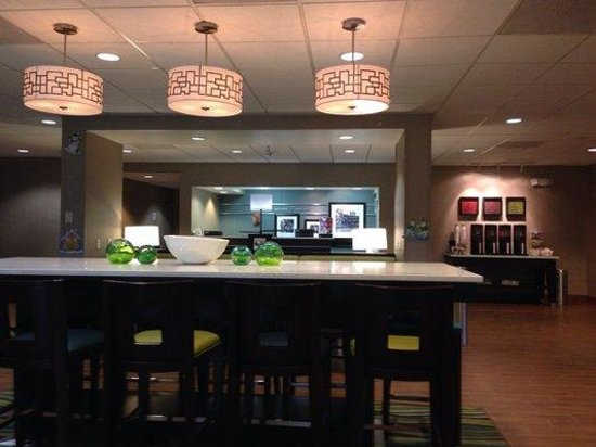 Hampton Inn Decatur: Large bar in lobby