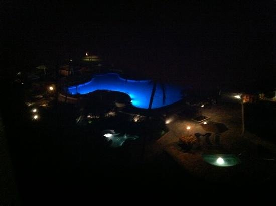 Mauna Lani Bay Hotel & Bungalows: pool area at night