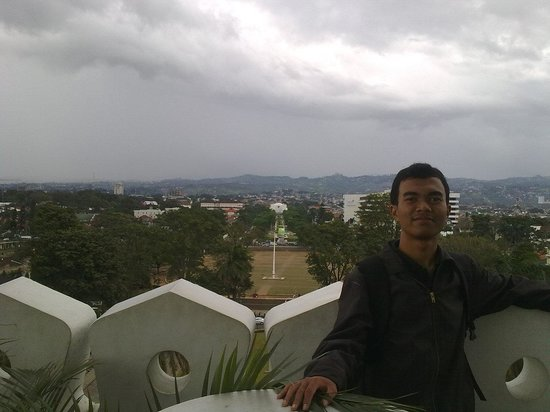 in the rooftop of Gedung Sate. The mount of Tangkuban Perahu hidden by the fog. :(