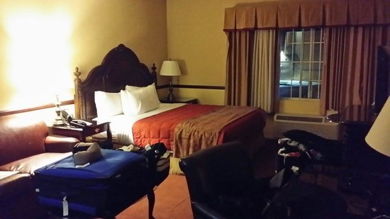 Folk Inn Ontario Airport: Nice soft clean sheets, towels, spacious room . Working heater and a/c. Traditionally decorated.
