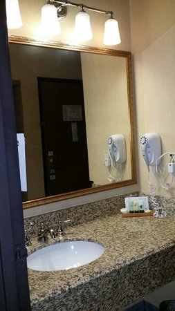 Red Roof Inn Ontario Airport: Granite counter top , hair dryer, and little shampoo, lotion, etc....very clean. Smell great.