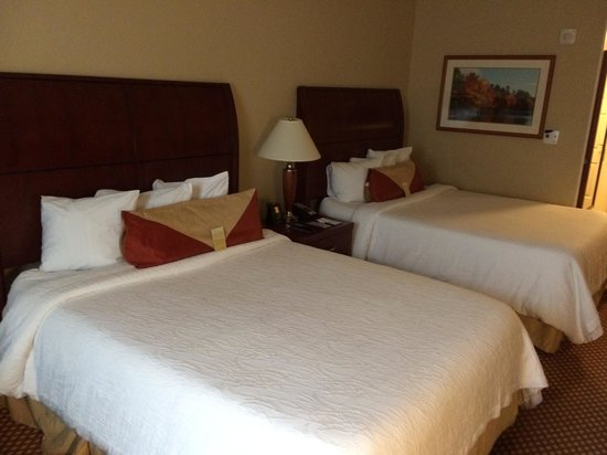 Hilton Garden Inn Palm Beach Gardens: Room with queen beds, very little floor space when traveling with kids.