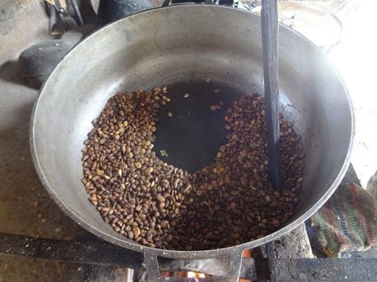 San Rafael - Tourist Inn in Tayrona: tostando café en el paseo arriba en el cafetal