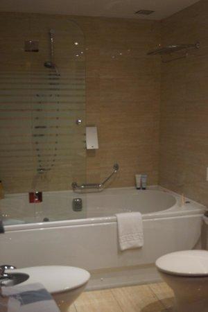 Hotel San Juan de los Reyes: the bathroom