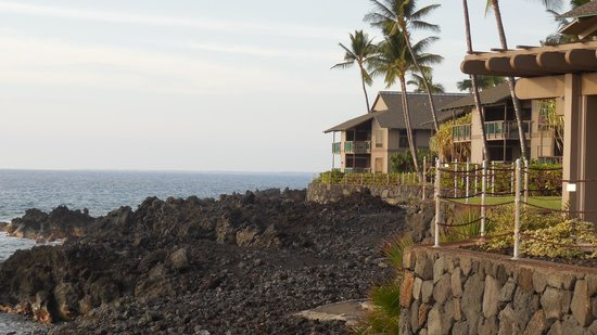 Kanaloa at Kona: View along the coastline at the resort