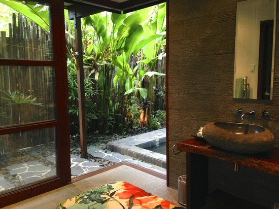 Qamea Resort And Spa Fiji: slidding glass doors that opened up to our private backyard